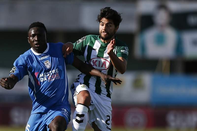 João Amaral (D) disputa a bola com o adversário do Feirense, Peter Etebo