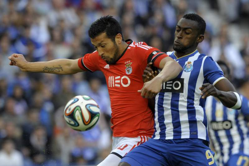 Benfica's Argentinian defender Ezequiel Garay (L) vies with Porto's Colombian forward Jackson Martinez during the Portuguese League Cup semi-final football match FC Porto vs SL Benfica at the Dragao stadium in Porto on April 27, 2014. Benfica beat Porto 4-3 on penalties after a 0-0 draw. AFP PHOTO / MIGUEL RIOPA