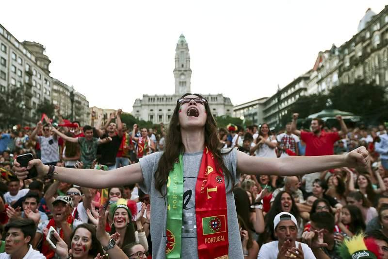 A Avenida dos Aliados tem sido um dos maiores pontos de concentração de adeptos para assistir aos jogos do Euro2016