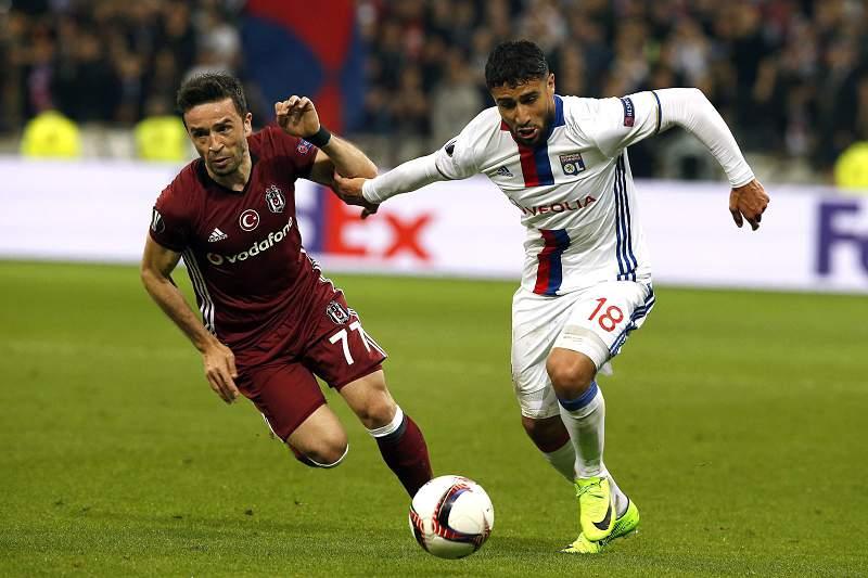 Nabil Fekir tenta passar por Gokhan Gonul no jogo entre Lyon e Besiktas