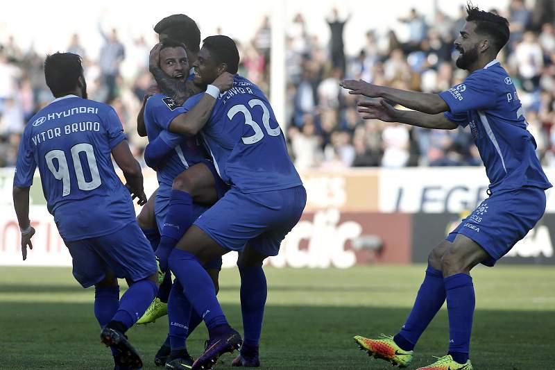 Jogadores do Feirense festejam o golo da reviravolta contra o Desportivo de Chaves
