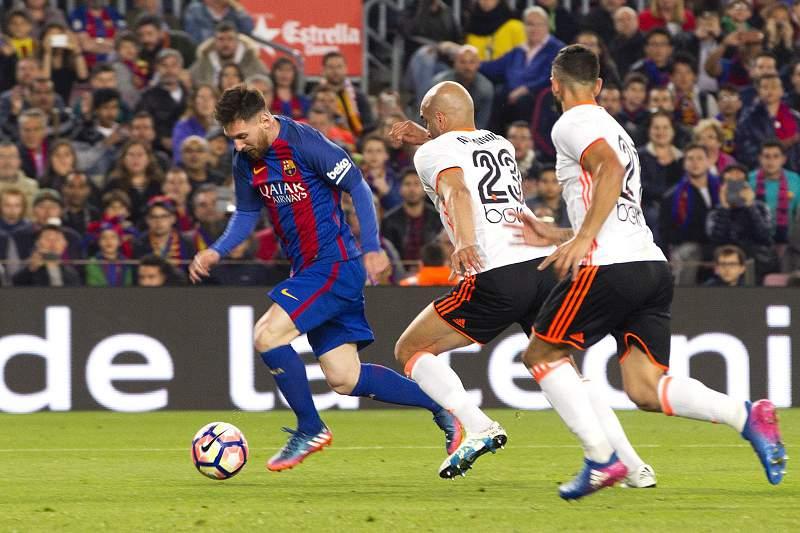 O internacional argentino bisou no triunfo do Barcelona sobre o Valência por 4-2.