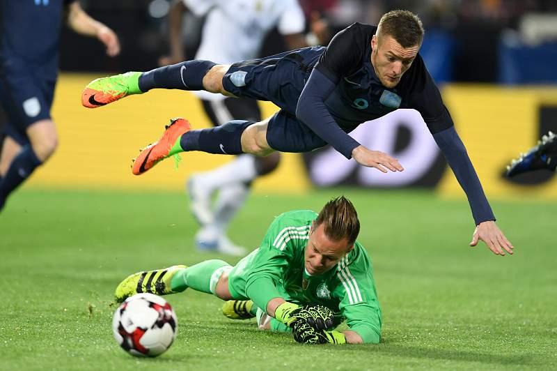 Jamie Vardy numa disputa de bola ao serviço da seleção inglesa