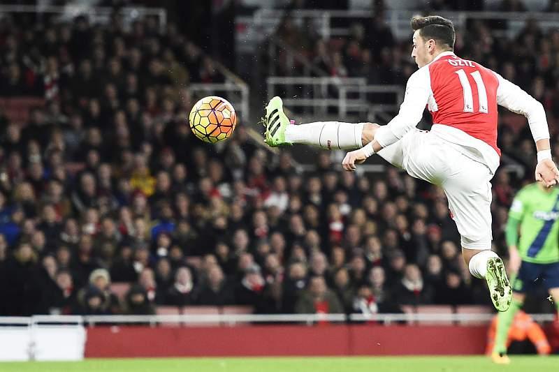 Mesut Özil marcou um dos golos do Arsenal frente ao Bournemouth