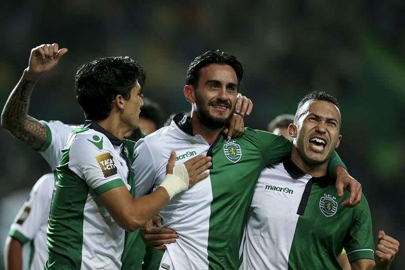 Aquilani celebra com André Martins e Jefferson o primeiro golo do Sporting