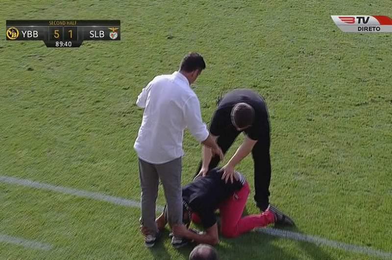 Adepto do Benfica invadiu o relvado e ajoelhou-se perante Rui Vitória