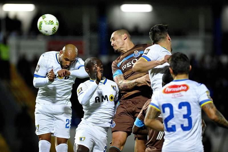Maicon disputa a bola com os jogadores do Famalicão