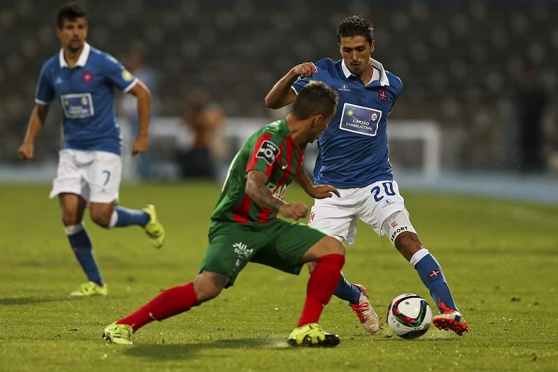 Filipe Ferreira (D) disputa a bola com Patrick do Marítimo
