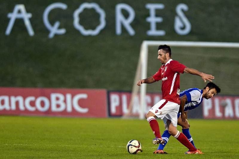 O jogador do Angrense, Magina (E), disputa a bola com o jogador do FC Porto, Sérgio Oliveira (D)