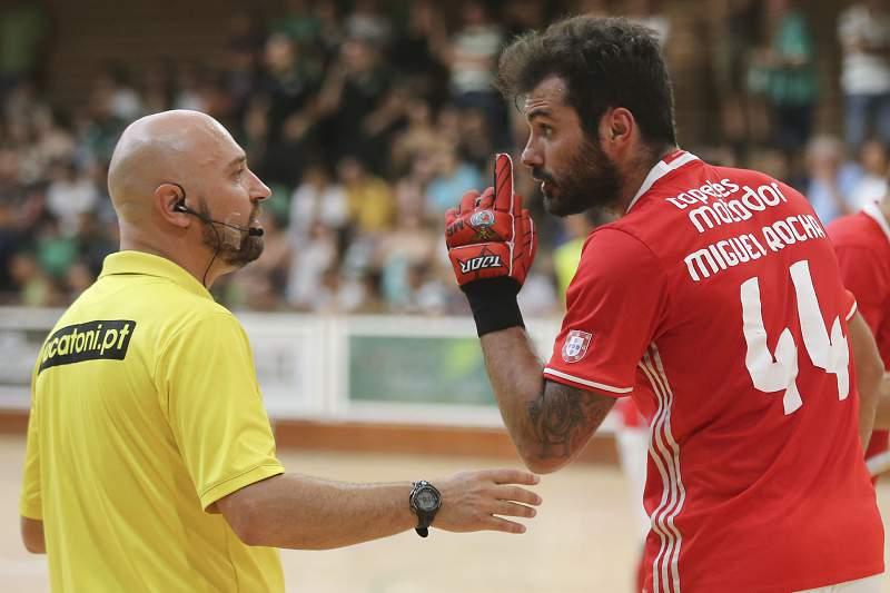 Miguel Rocha protesta com uma decisão do árbitro Júlio Teixeira durante o jogo com o Sporting