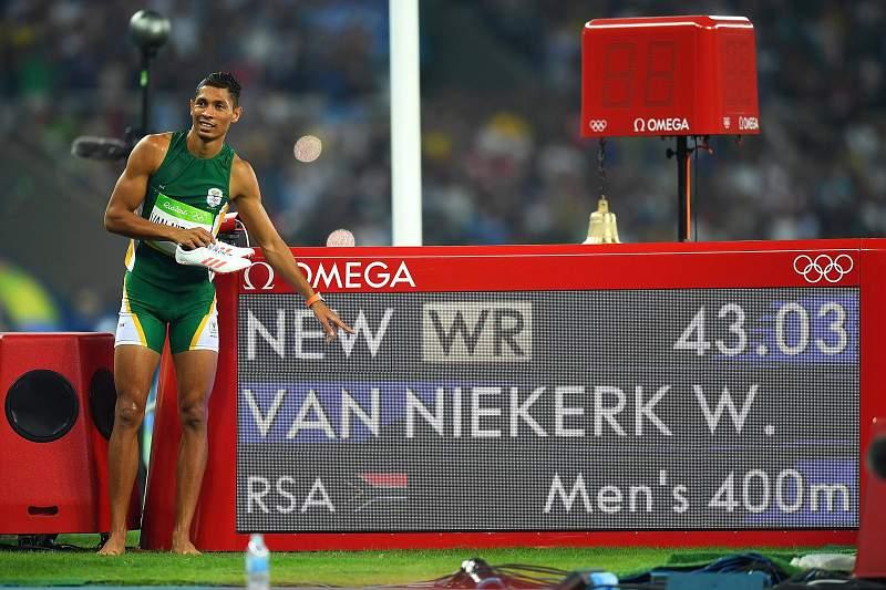 Wayde van Niekerk posa ao lado do novo recorde mundial dos 400 metros
