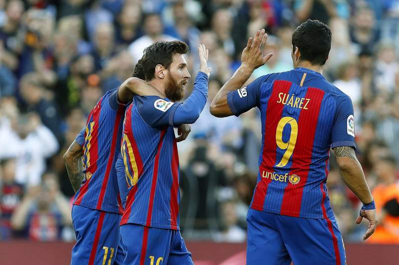 Lionel Messi celebra um golo com Suárez e Neymar
