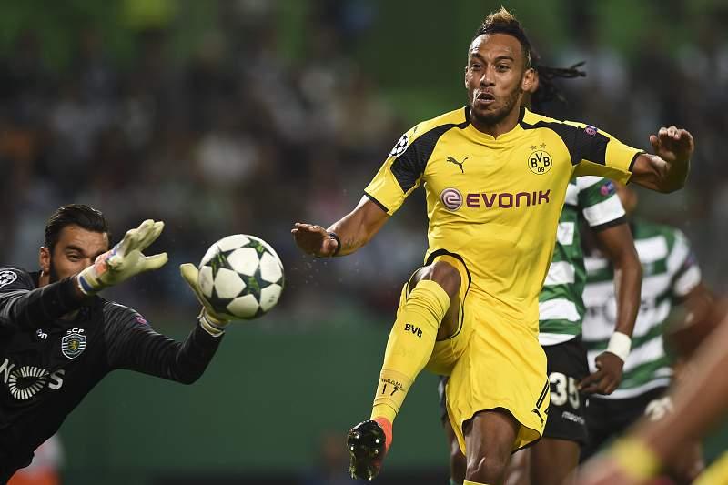 Rui Patrício em ação contra Pierre-Emerick Aubameyang do Borussia Dortmund