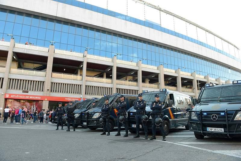 Polícia espanhola à porta do Estádio Vicente Calderón em Madrid