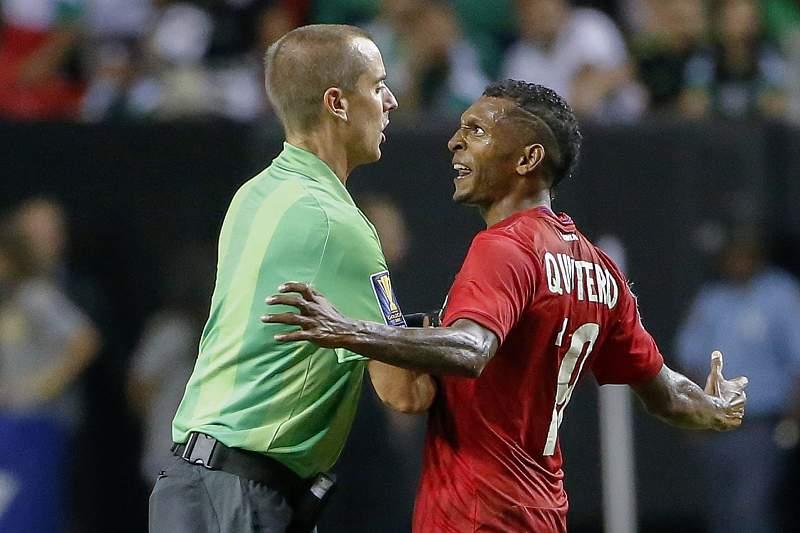 Alberto Quintero discute com o árbitro Mark Geiger durante o jogo entre Panamá e México
