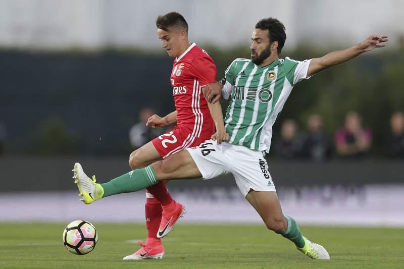 Marcelo (D) disputa a bola bom Cervi (E)
