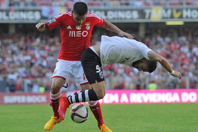 Maxi Pereira em ação no jogo do título em Guimarães