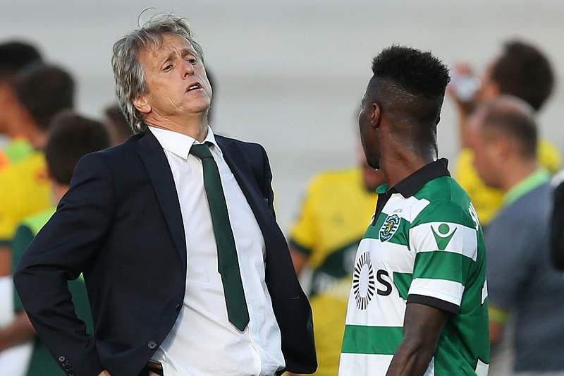 Jorge Jesus conversa com Carlos Mané durante o jogo entre Sporting e Paços de Ferreira