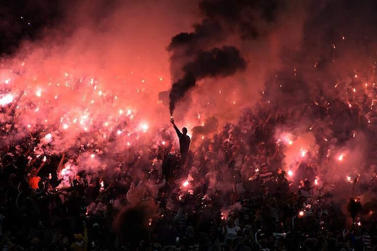 Adeptos de futebol celebram um golo na Argenina