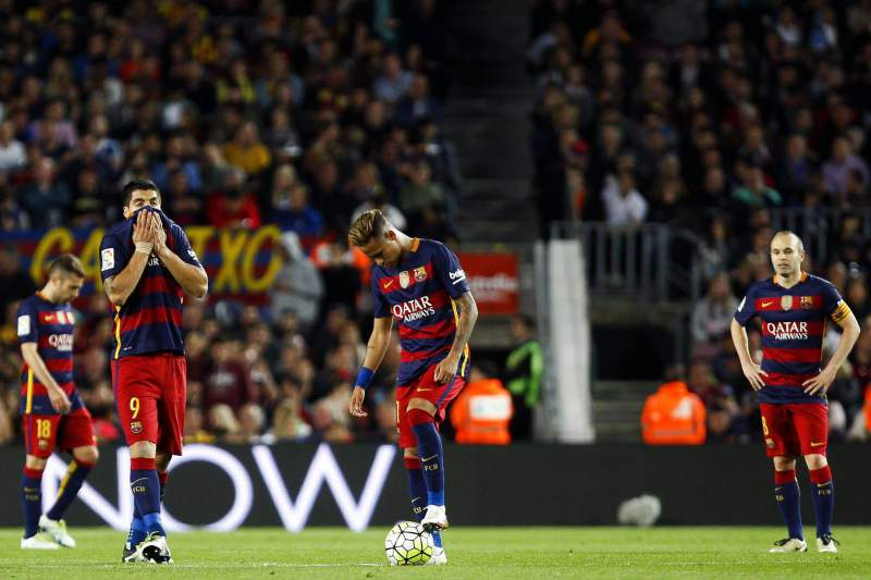 Jogadores do Barcelona cabisbaixos