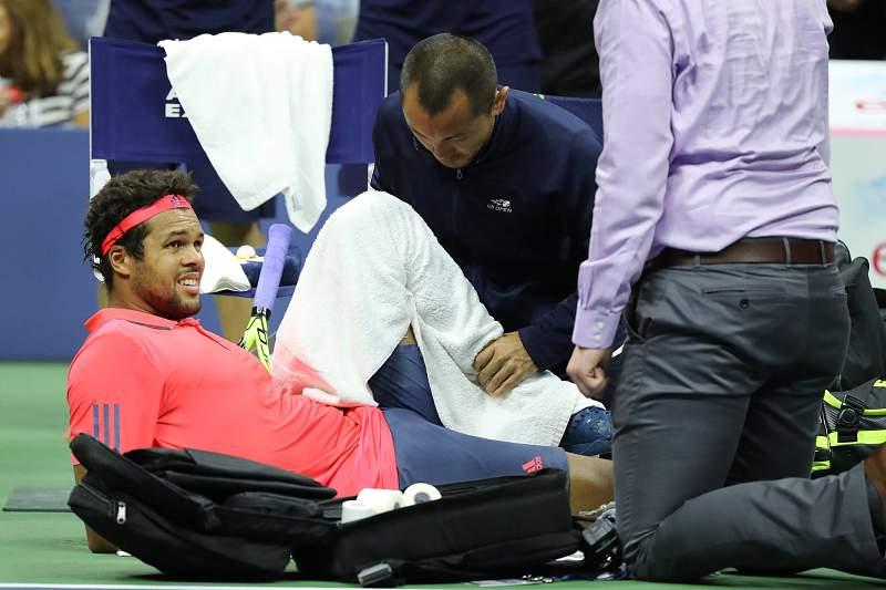 Jo-Wilfried Tsonga lesionou-se durante o jogo como Djokovic e foi obrigado a desistir