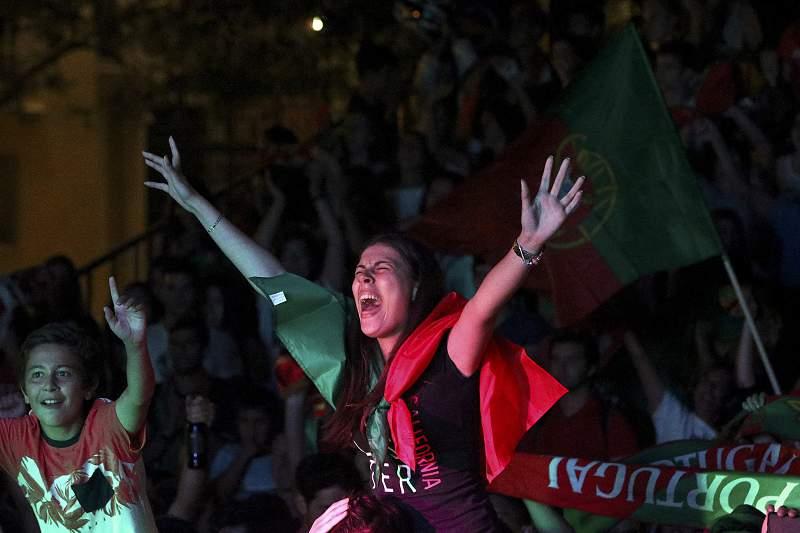 Adeptos de Portugal festejam vitória sobre País de Gales no Euro2016