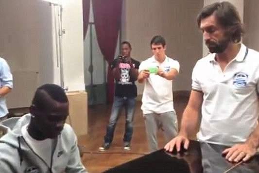 Balotelli a tocar piano para Pirlo