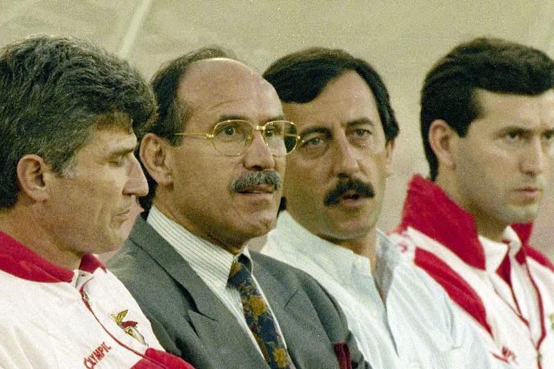 Gaspar Ramos durante um jogo do Benfica na década de 90 com Artur Jorge no banco técnico