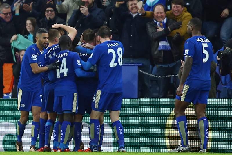 Jamie Vardy celebra um golo com os colegas de equipa do Leicester