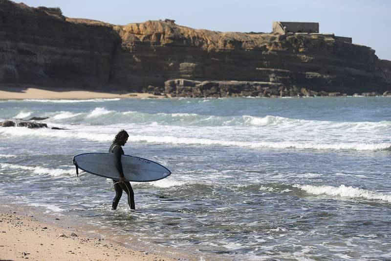 Surf na Praia de Ribeira D' Ilhas