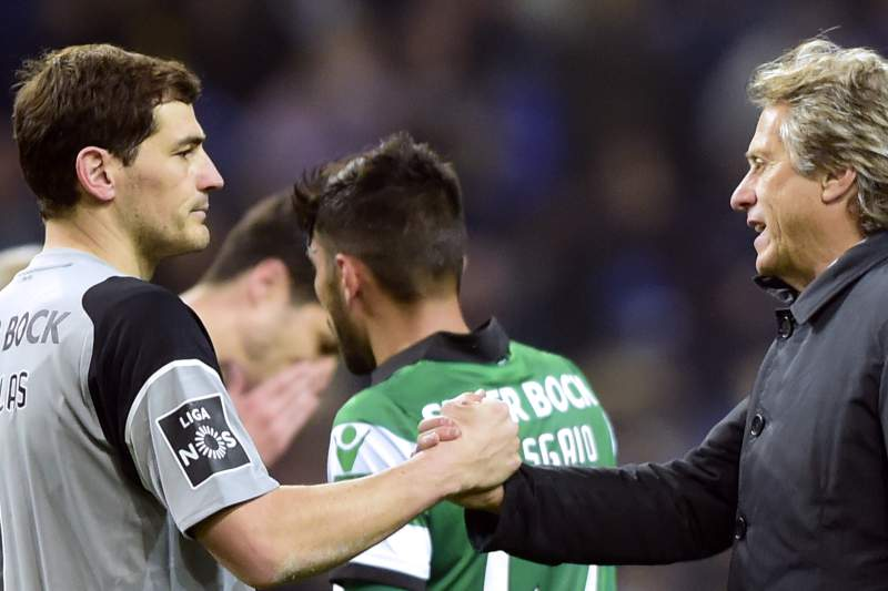 Porto's Spanish goalkeeper Iker Casillas (L) is congratulated by Sporting's coach Jorge Jesus after finishing during the Portuguese league football match FC Porto vs Sporting CP at the Dragao stadium in Porto on February 4, 2017. / AFP PHOTO / MIGUEL RIOPA