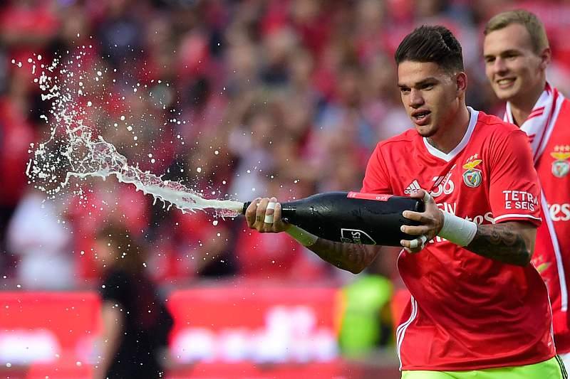 Ederson celebra a conquista do título de campeão pelo Benfica