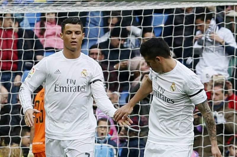 Cristiano Ronaldo cumprimenta James Rodriguez durante a goleada do Real Madrid sobre o Rayo Vallecano por 10-2