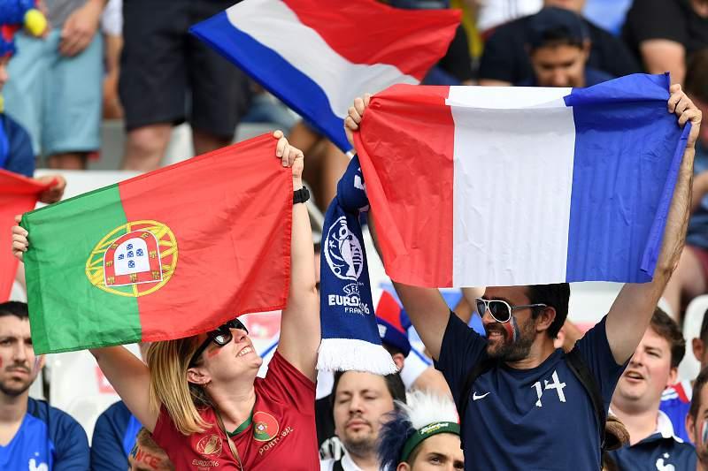 Fair-play no Euro: Adeptos portugueses e franceses fazem a festa