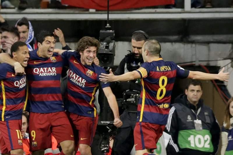 Jogadores do Barcelona festejam o primeiro golo no Santiago Bernabéu