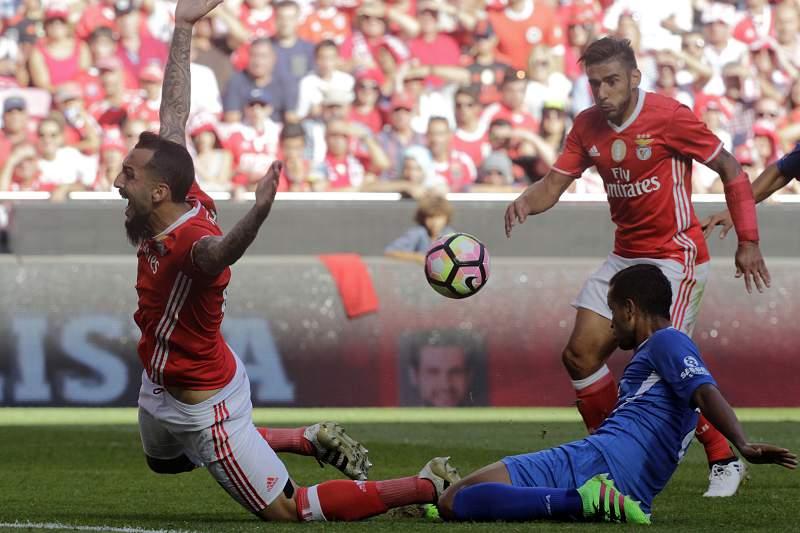 Ícaro em ação no jogo contra o Benfica perante Salvio e Mitroglou