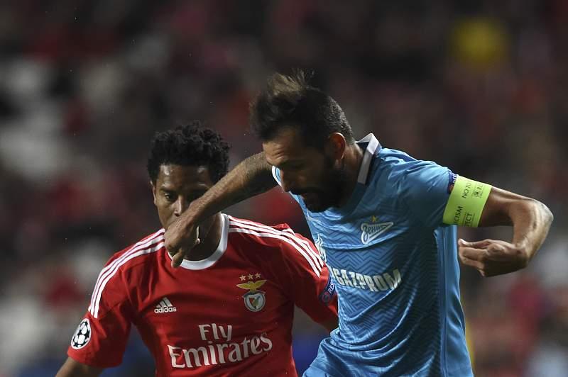 Danny disputa a bola com Eliseu durante o jogo entre Benfica e Zenit