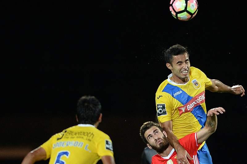 Rafa disputa a bola com Anderson Luis (D)