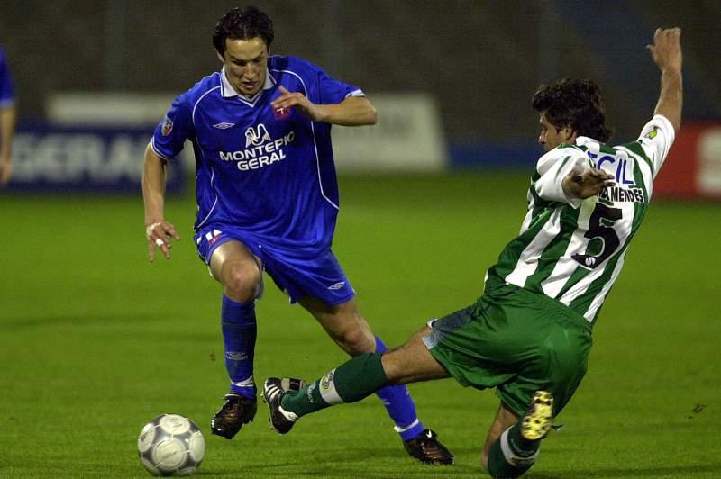 Fernando Mendes disputa uma bola com César Peixoto num jogo entre Belenenses e Vitória de Setúbal de 2002