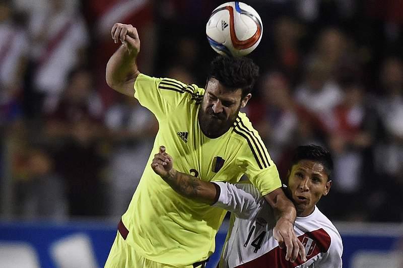 Andres Tunez da Venezuela (E) em ação contra Raul Ruidiaz (D)