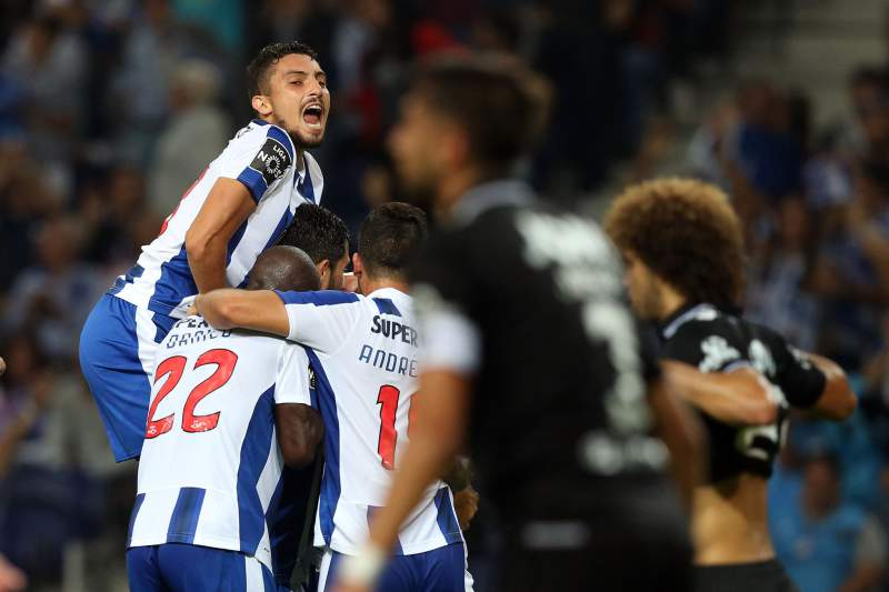 Jogadores do FC Porto celebram a vitória diante do Guimarães