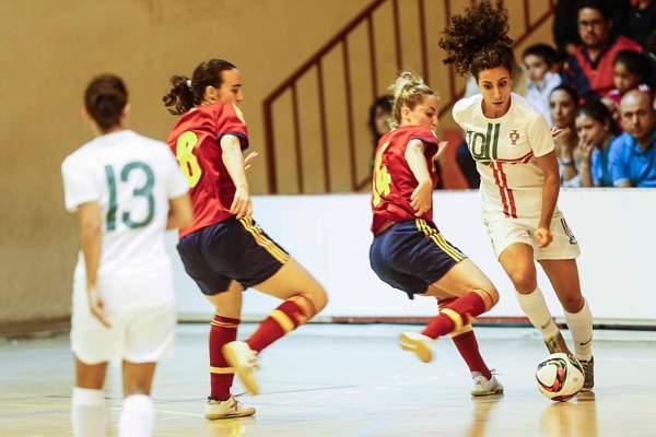 Melissa Antunes em ação contra a seleção espanhola de futsal