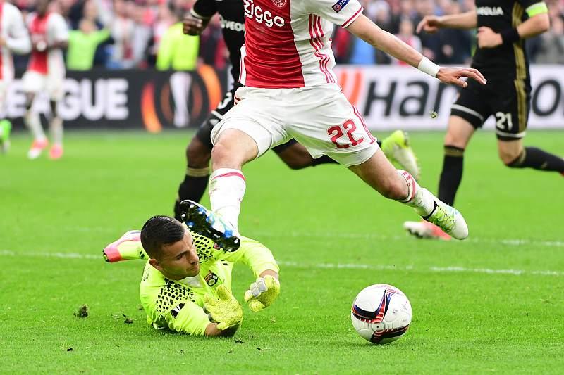 Anthony Lopes em ação pelo Lyon num jogo contra o Ajax a contar para a Liga Europa