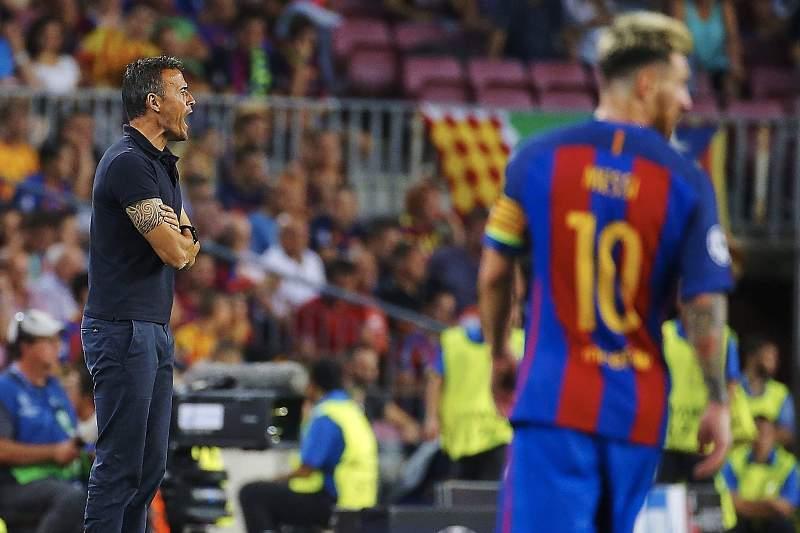 Luis Enrique dá indicações durante o jogo entre Barcelona e Celtic Glasgow