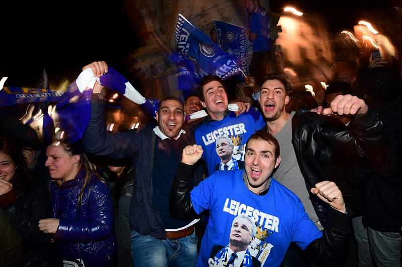 Adeptos do Leicester City festejam o título inédito da liga inglesa