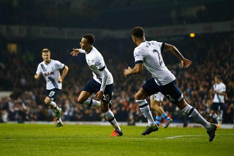 Jogadores do Tottenham celebram um golo diante do Aston Villa