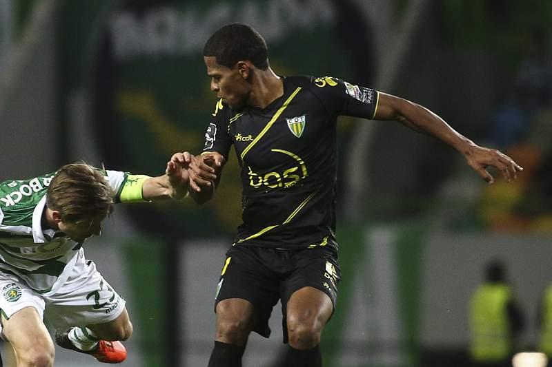 Nathan Júnior e Helder Tavares disputam a bola com Adrien Silva