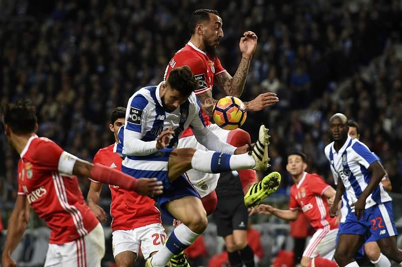 Felipe disputa uma bola com Mitroglou durante o 'clássico' no Dragão