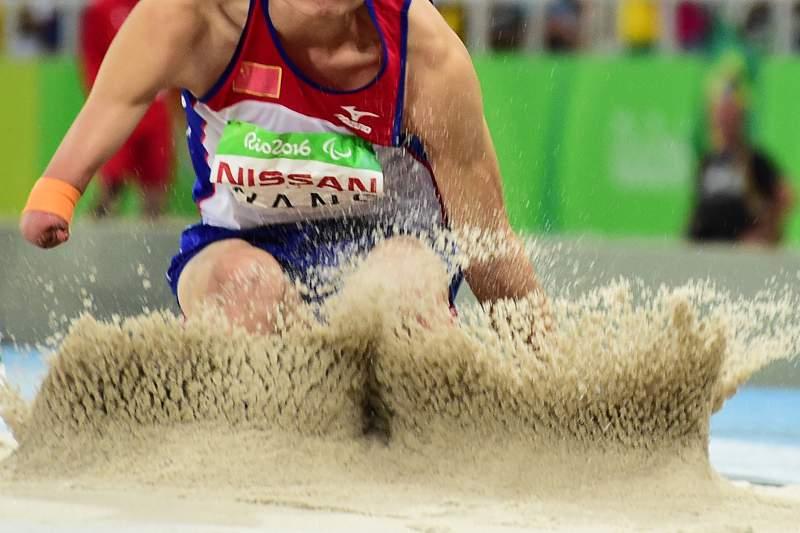 O atleta paralímpico chinês Wang Hao durante uma prova de salto em comprimento no Estádio do Engenhão