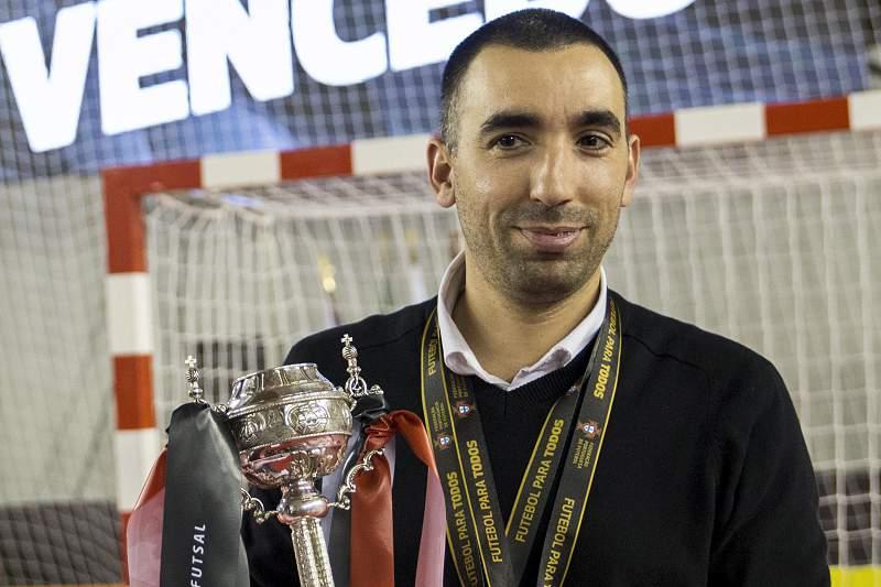 Joel Rocha celebra a conquista da Taça de Portugal com o troféu na mão